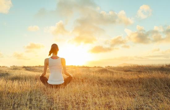マインドフルネスでストレス解消する女性