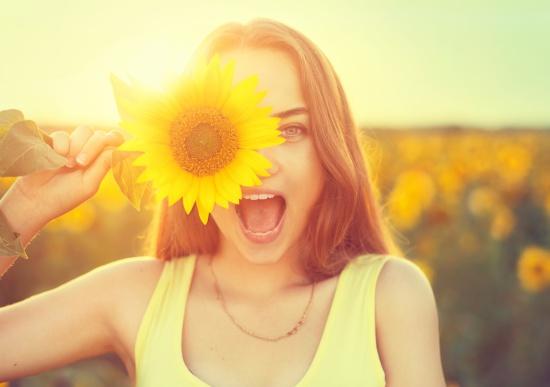 花を持っている笑顔の女性