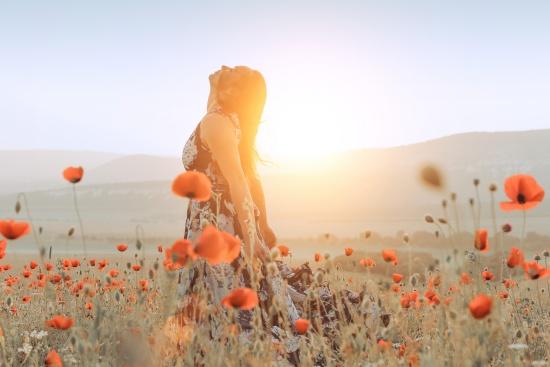 花畑でリラックスしている女性
