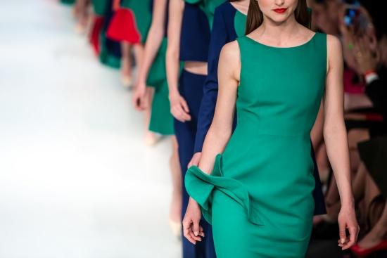 ファッションショーでランウェイを歩くモデル